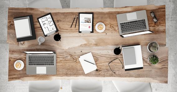spisebord i tre med Mac og tegnesaker