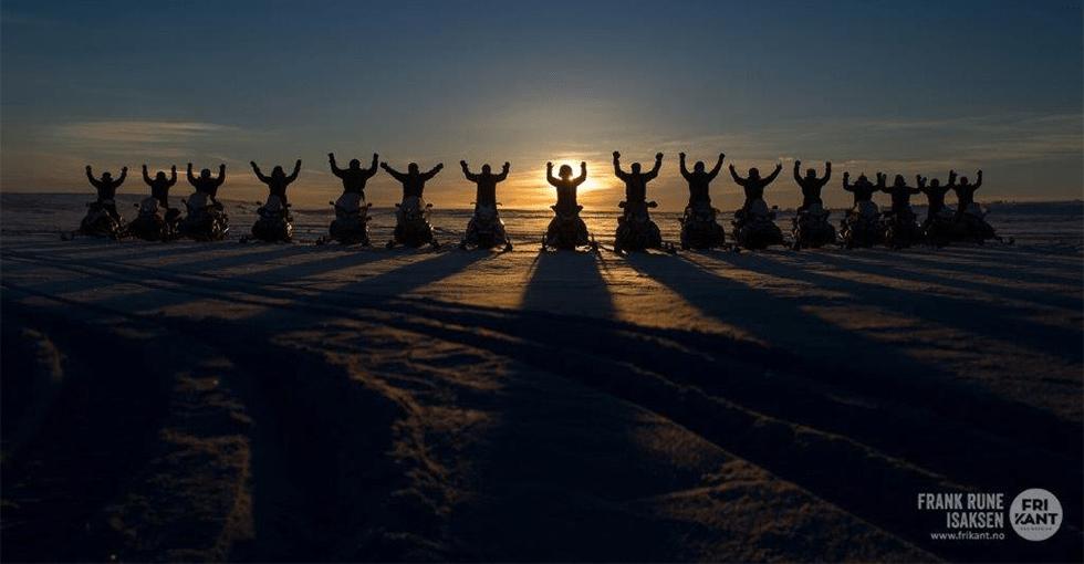 hundekjørere i solnedgang
