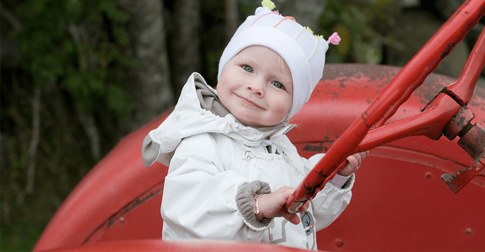 Skjønn, smilende jente