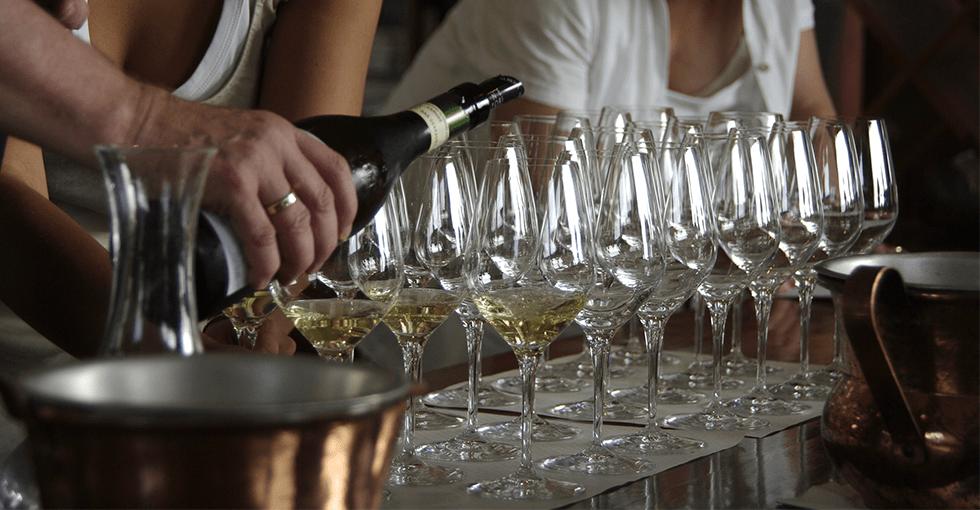 vinglass som blir skjenket vin i