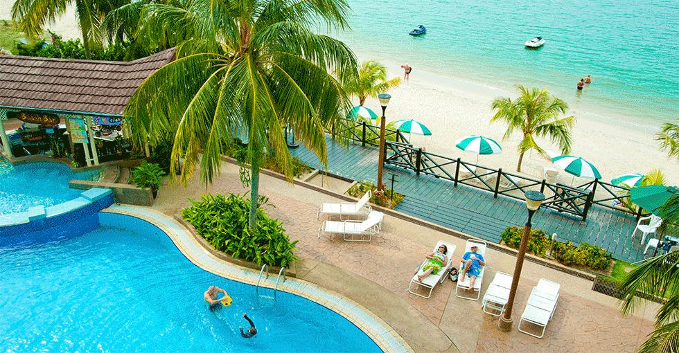 bassenget ved hotellet og stranden sett fra balkongen på hotellet