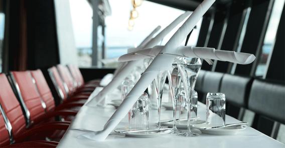 bord dekket med hvit duk og fine glass