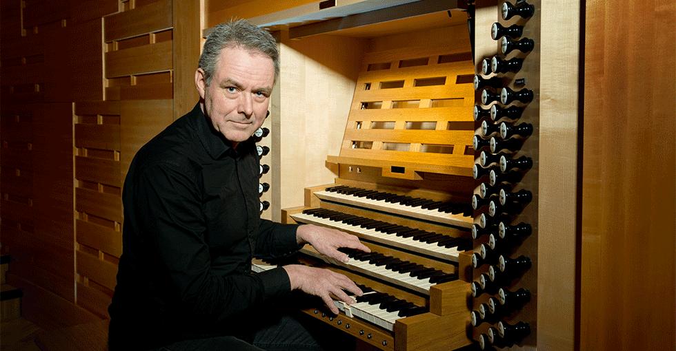 Mannlig organist ved orgelet