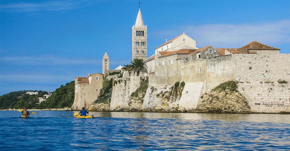 Kirke sett fra sjøsiden