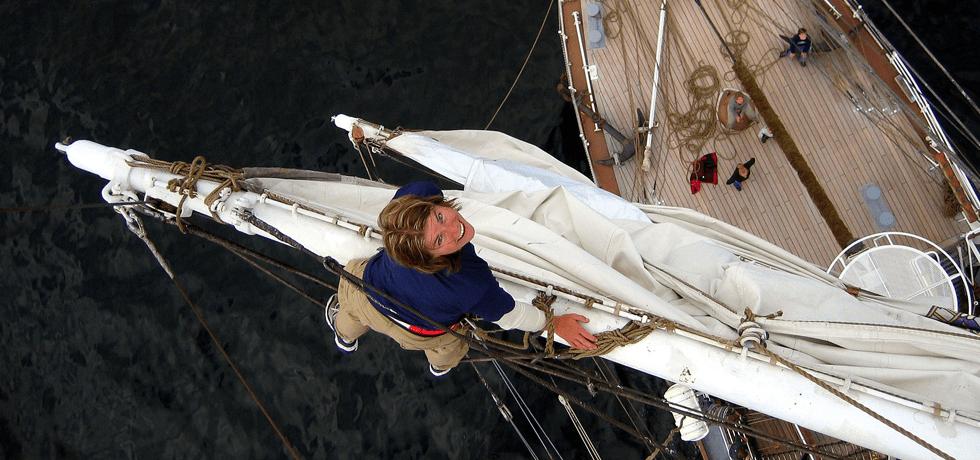 kvinne i toppen av masta