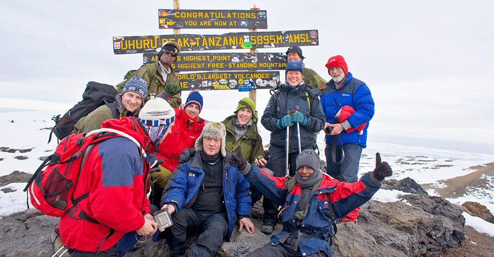 en gruppe mennesker på toppen av Kilimanjaro