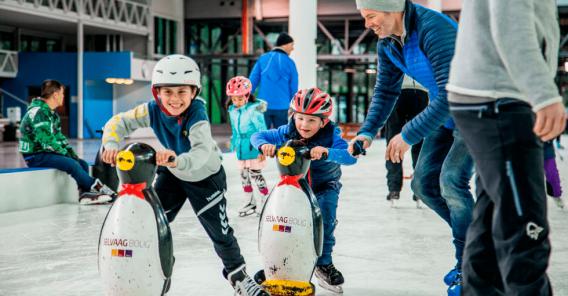 barn som leker på isen