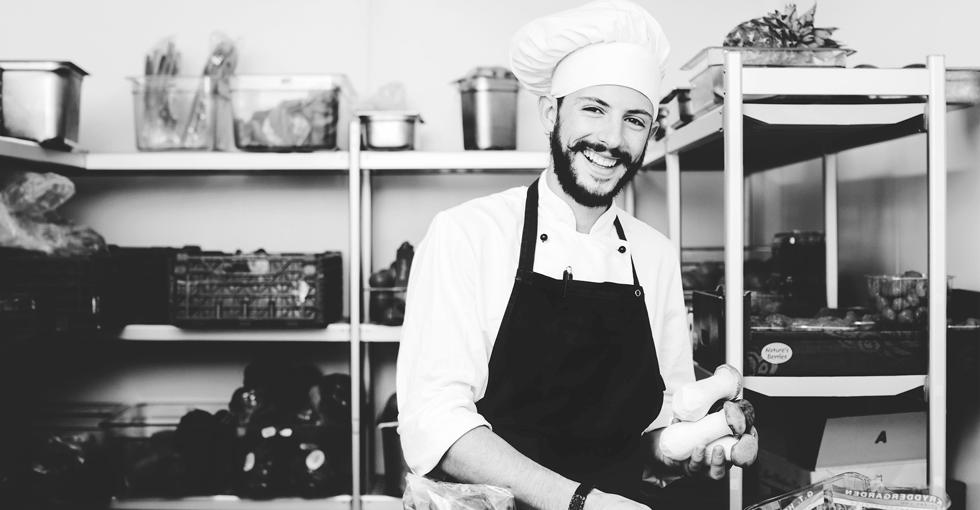 smilende mannlig kokk
