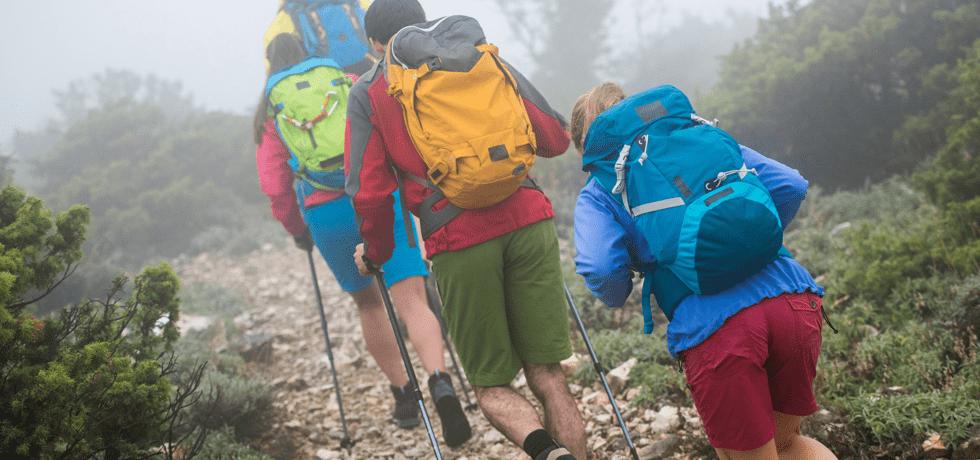 reisende på vandring i fjellet