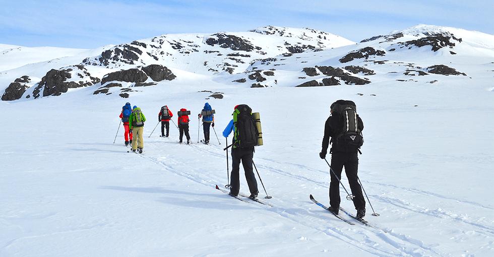 en gruppe på skitur i fjellet