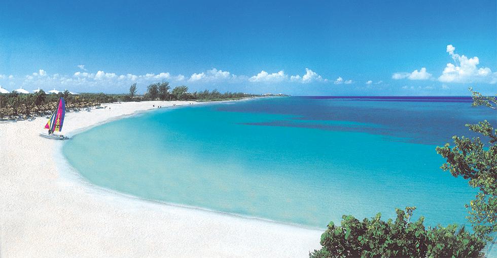 Strand med blått hav