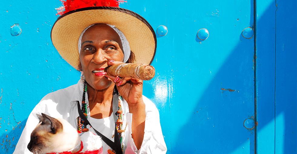 Cubansk kvinne som røker sigar