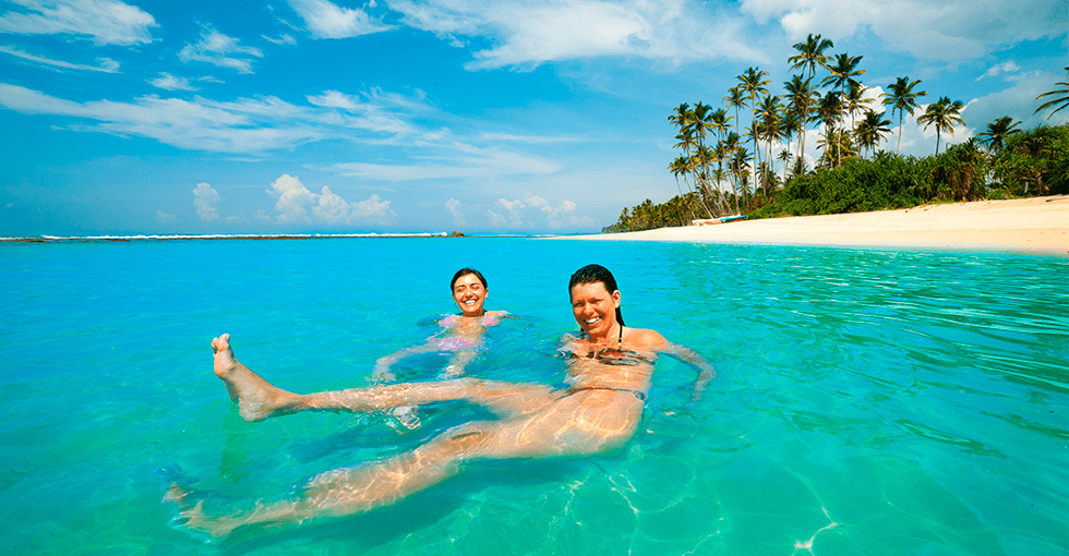 Hvite strender med to mennesker som bader
