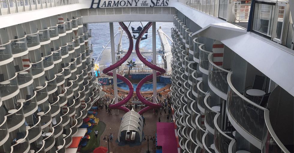 Inne i skipet. Rutsjebamer og balkonger