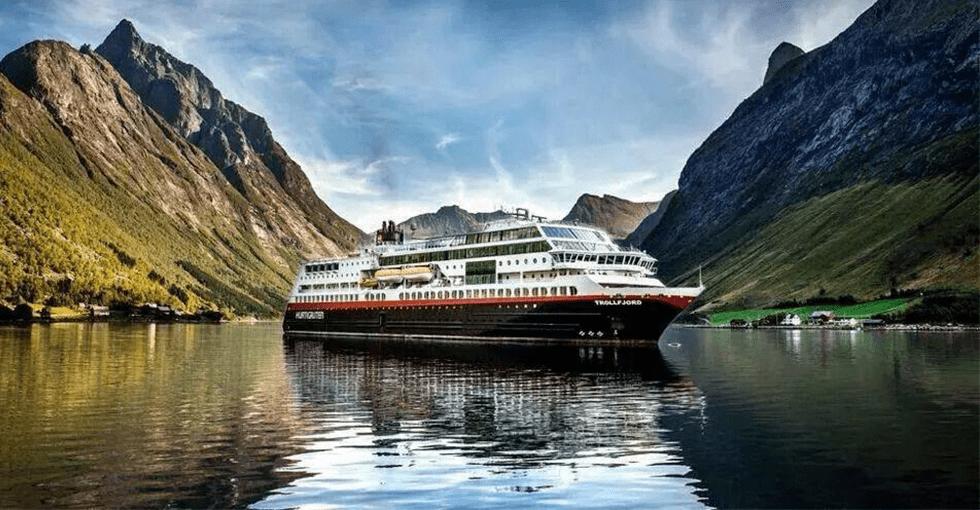 Hurtigruten til ankers i en fjord