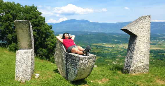 Kvinne som slapper av i sola
