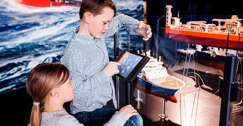Barn som leker i oljemuseet