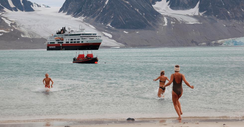 folk som bader i isvann