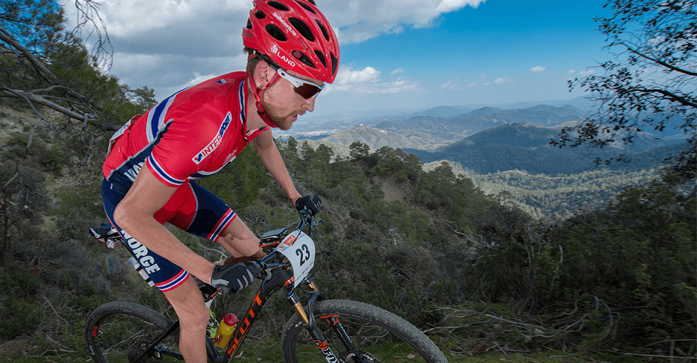 Land Helmets på en mannlig syklist