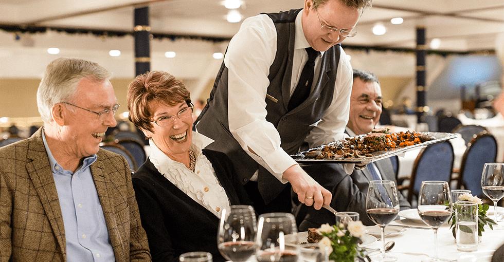 kelner som serverer gjesteri restauranten om bord