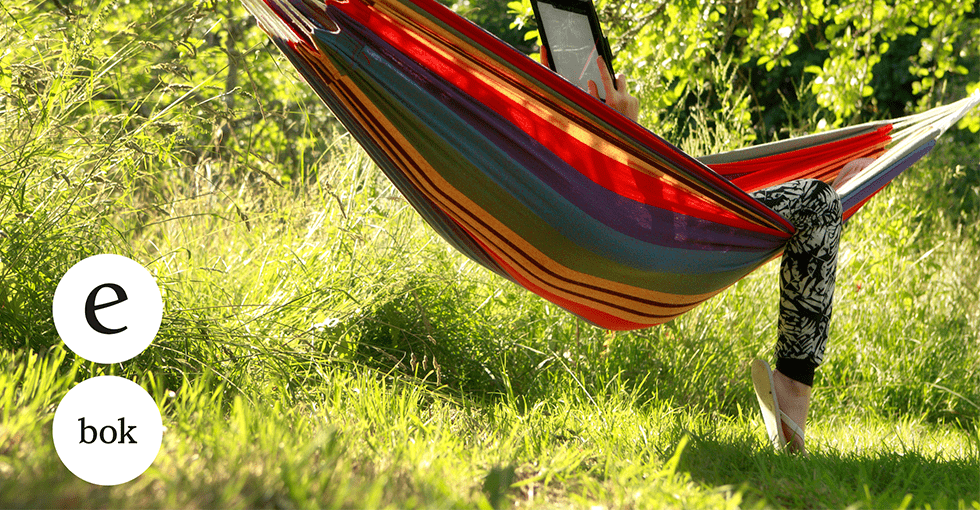 en som leser e-bok i hengekøya