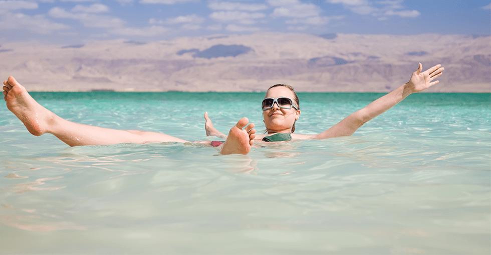 kvinne som bader i Dødehavet