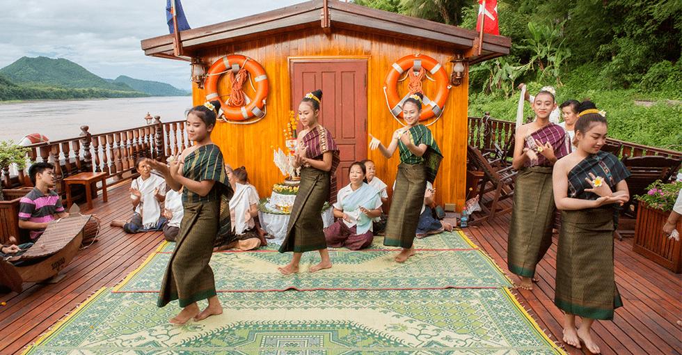 dansere om bord på dekk