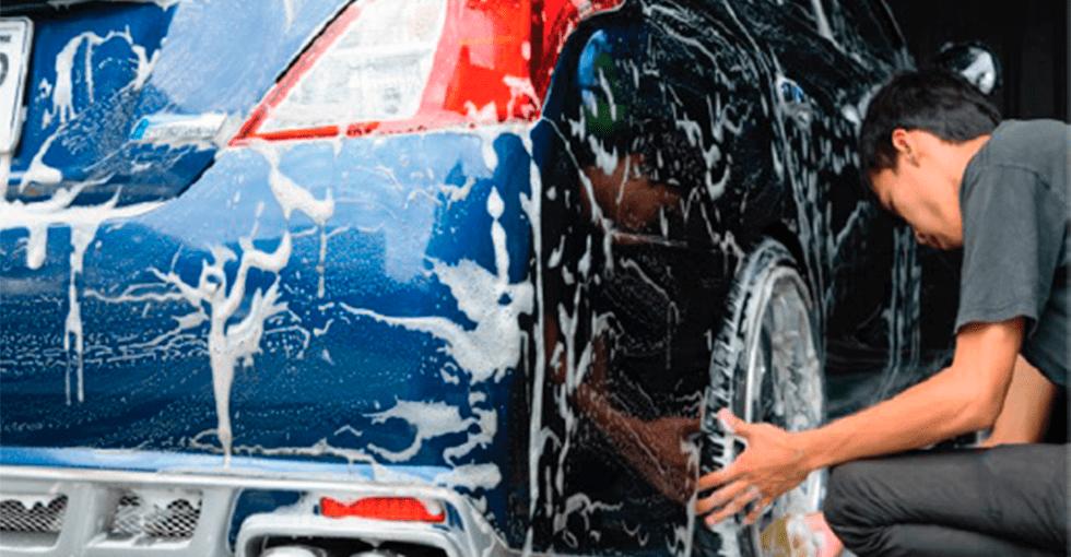 blå bil som vaskes