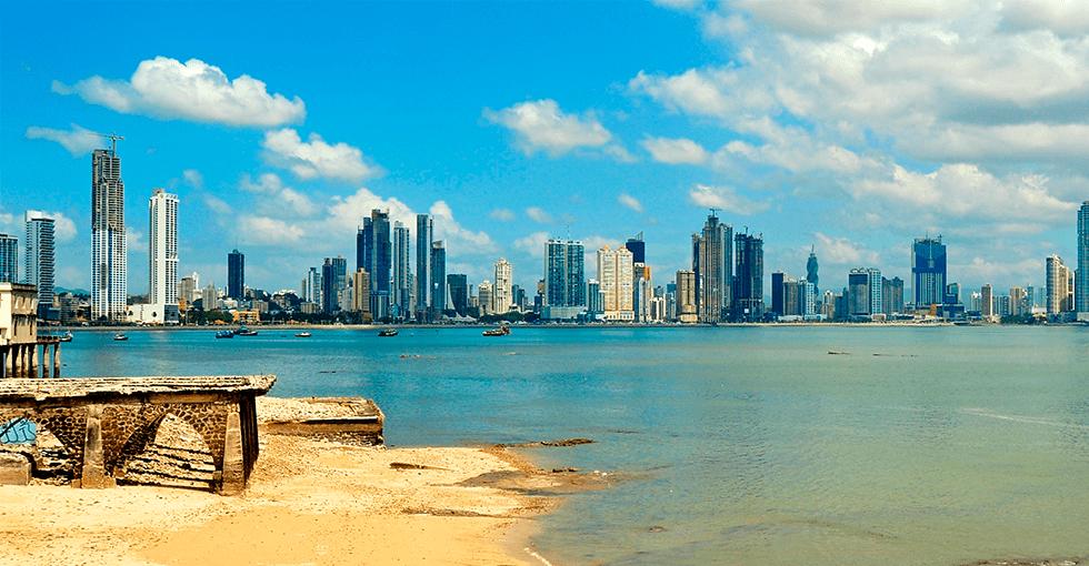 Panama med strand i forgrunnen