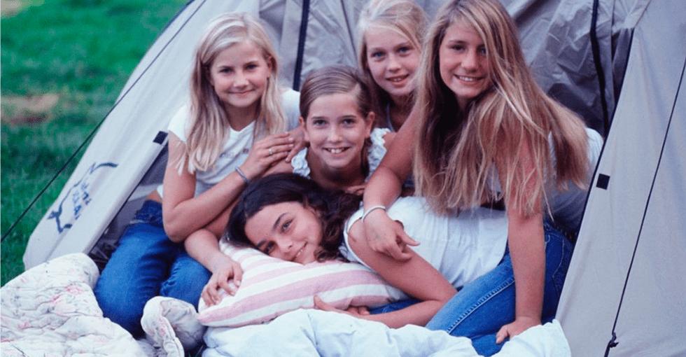 Fem jenter i teltåpningen