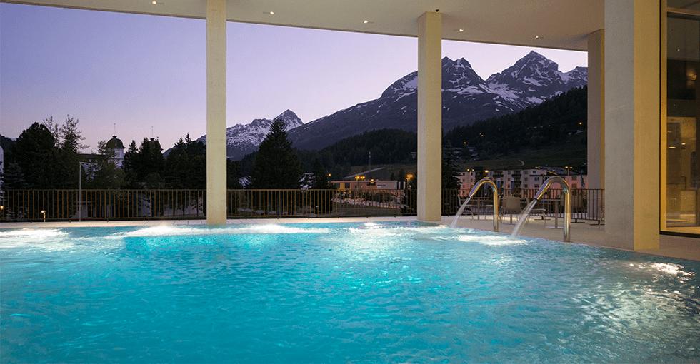 basseng på hotellet med utsikt over snødekte fjelltopper