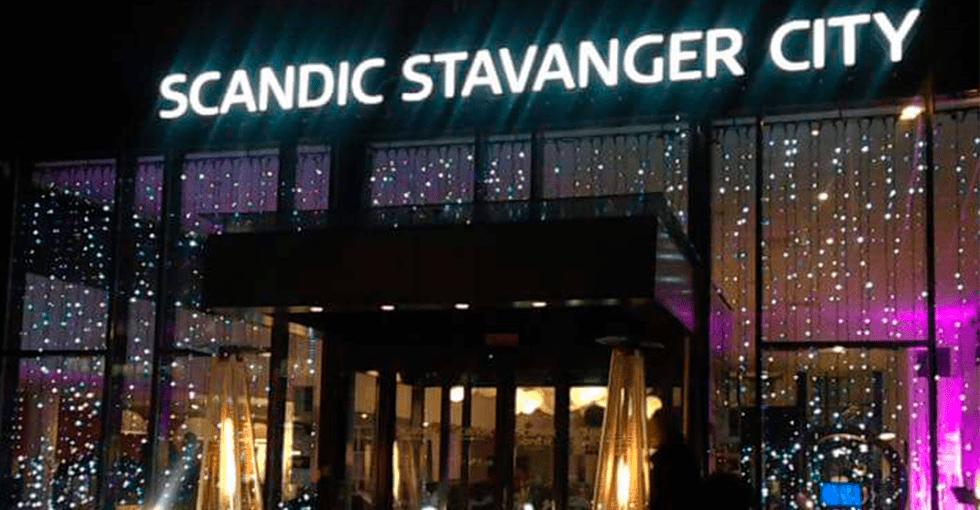 julepyntet inngangsparti til hotellet