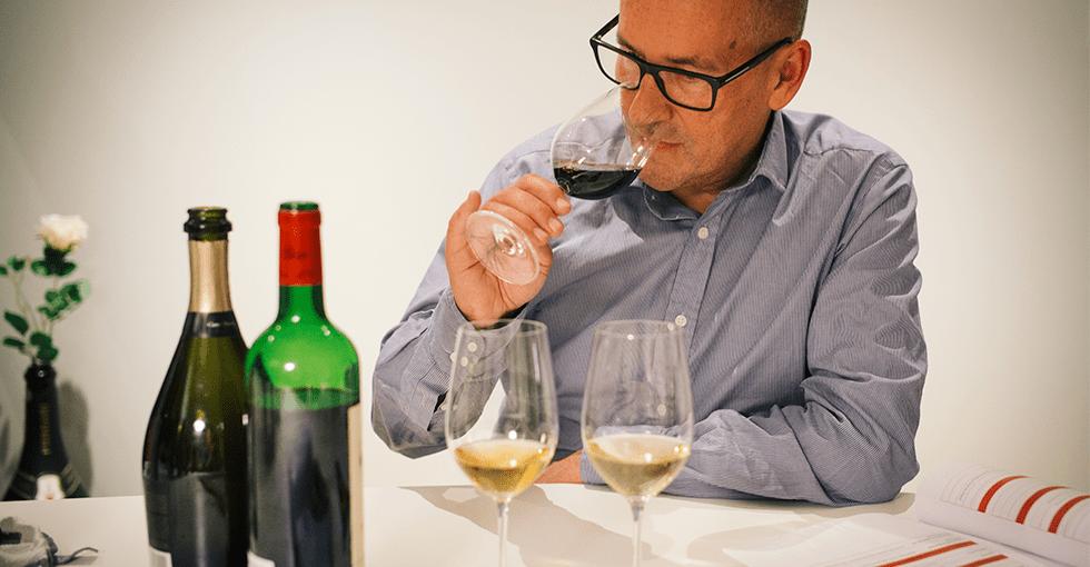 Jarle som lukter på en rødvin i glass
