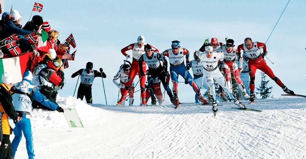 Menn på ski i skøyteteknikk i solskinn