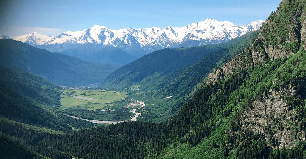 utsikt over fjellnatur og grønne dalsøkk