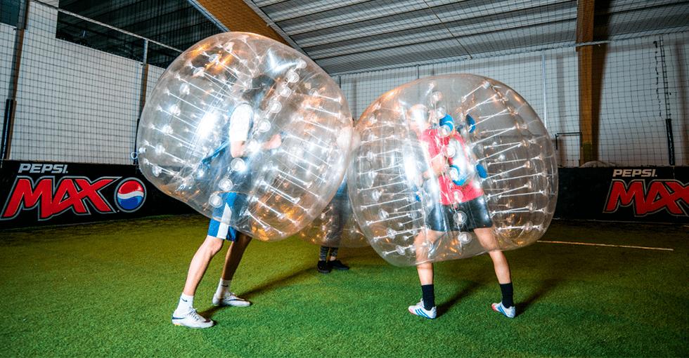 to personer som spiller boblefotball