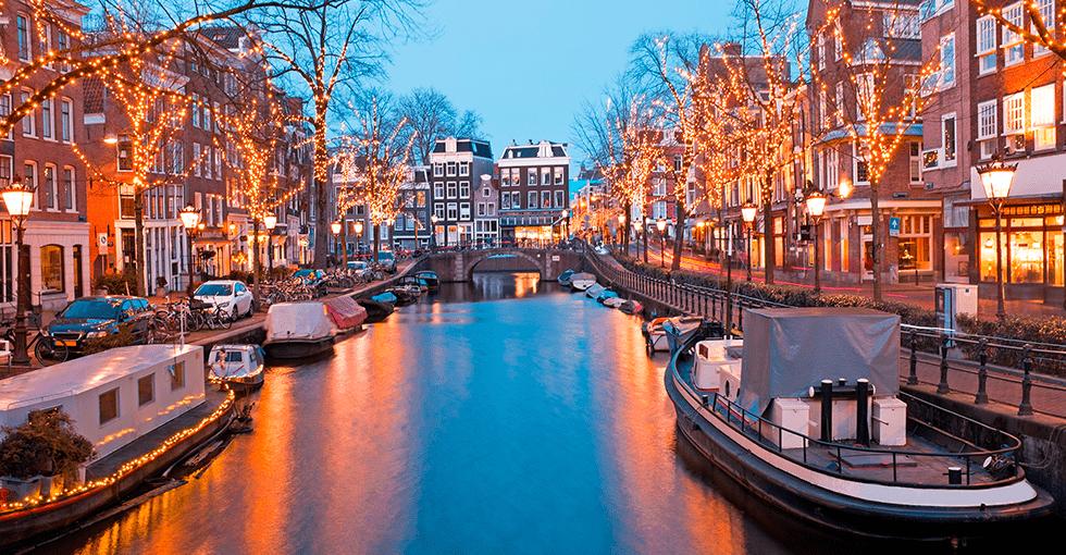Kveldi Amsterdam langs elva