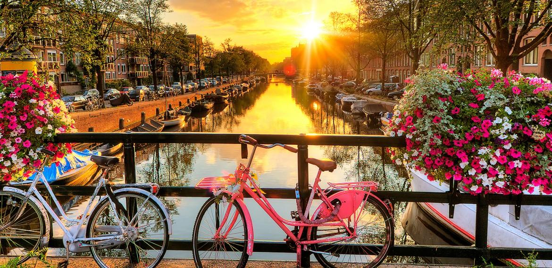 Kanalbyen Amsterdam er sjarmerende med sine broer –og mange sykler!