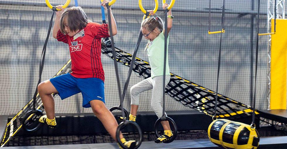 unger som balanserer i klatreringer