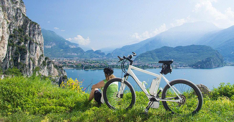 Kvinne som nyter en pause fra El-sykkelen og ser på utsikten