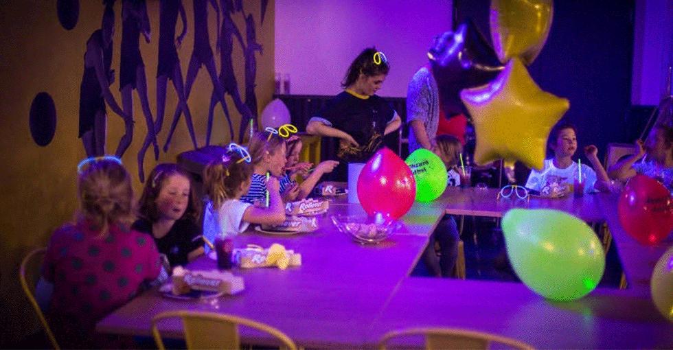 Bursdagsselskap hvor barna spiser